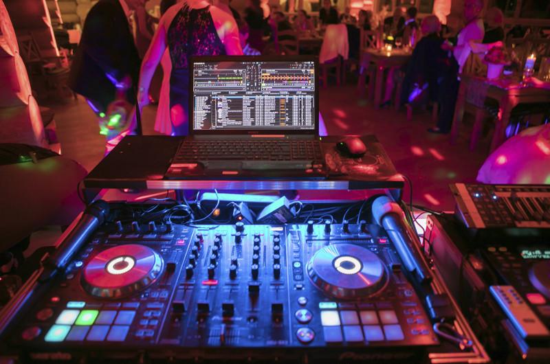 Teil der technische Basisaustattung: der DJ-Mixer